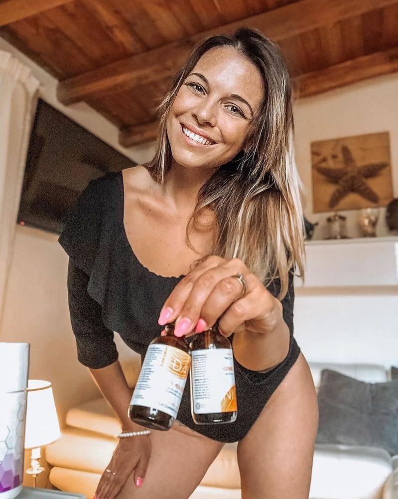 woman holding slenderiiz drops